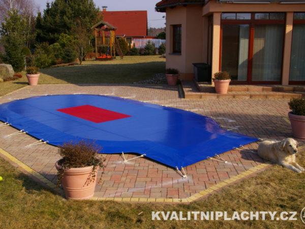 Bazénová krycí plachta v TOP provedení s propustným sítem a kotvením