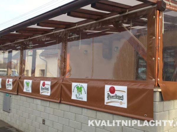 Oplaštění venkovní restaurace s reklamním potiskem